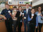 Активисты молодёжного дискуссионно-досугового клуба МЦБ «Бумеранг» в рамках акции «Сила добра» поздравили и вручили каждому гостю сувениры